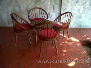 Set Kursi Teras Telur dengan Bantal Merah